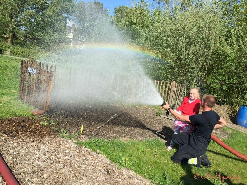 Regenbogen en brandweerslangen