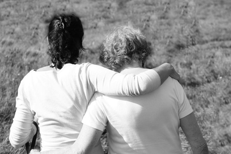 Moeder en dochter troosten